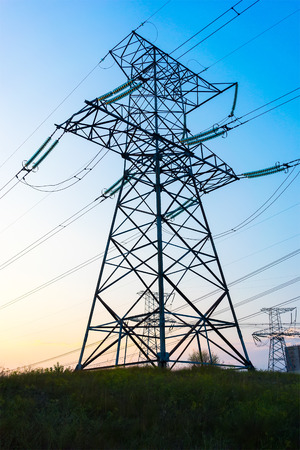 electric grid: Electric power transmission and grid pylon wires