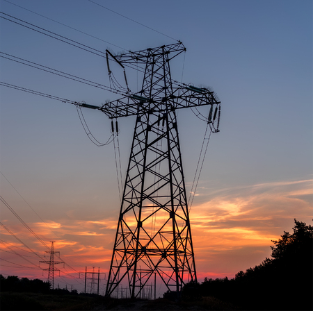 torres el�ctricas: Electricity pylons, power lines sky at sunset.