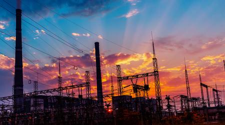 energia electrica: silueta de carbón planta de energía eléctrica en el fondo de una hermosa puesta de sol