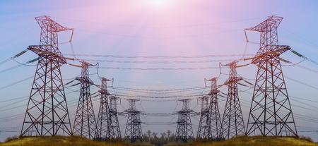 전기 전송 철 탑 푸른 하늘을 silhouetted 황혼 스톡 콘텐츠