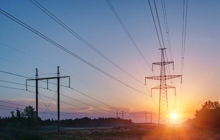 Hochspannungsleitungen. Stromverteilungsstation. Hochspannungs-Sendemast. Umspannwerk mit Stromleitungen und Transformatoren.