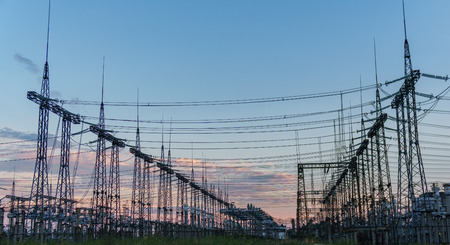 High-voltage  power lines. Electricity distribution station. high voltage electric transmission tower. Distribution electric substation with power lines and transformers. Banque d'images - 115444561