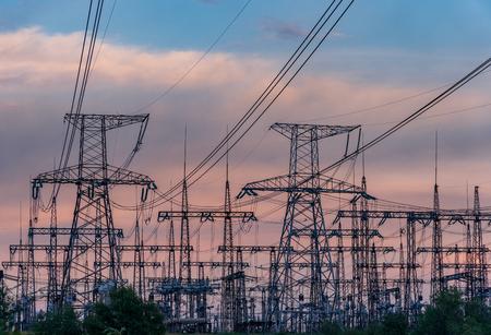 Líneas eléctricas de alta tensión. Estación de distribución de electricidad. Torre de transmisión eléctrica de alta tensión. Subestación eléctrica de distribución con líneas eléctricas y transformadores. Foto de archivo