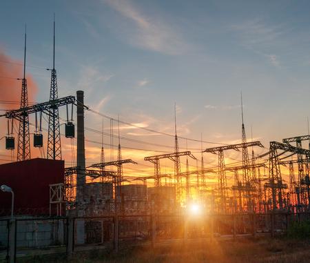 Líneas eléctricas de alta tensión. Estación de distribución de electricidad. Torre de transmisión eléctrica de alta tensión. Subestación eléctrica de distribución con líneas eléctricas y transformadores.