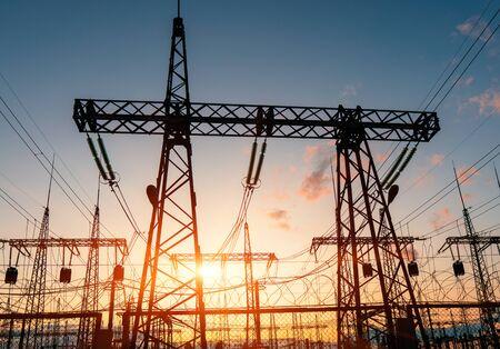 Lignes électriques à haute tension. Sous-station électrique de distribution avec lignes électriques et transformateurs.