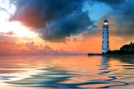 Mooie avond zeegezicht met vuurtoren en humeurige hemel bij de zonsondergang Stockfoto - 13055302