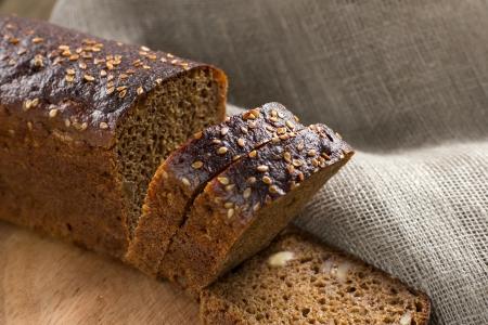 haciendo pan: Pan negro con semillas de s�samo Foto de archivo