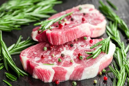 roast lamb: Raw steaks
