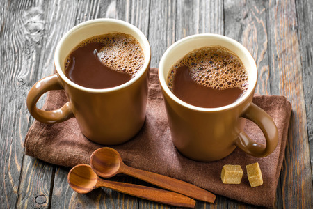 Warme chocolademelk drinken