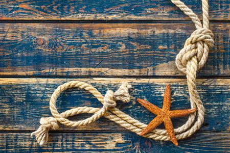 mare agitato: fondo in legno con le stelle marine e la corda marine