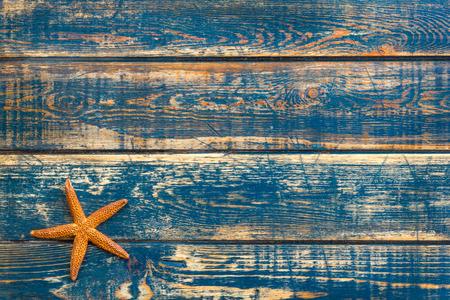 etoile de mer: Fond en bois avec des étoiles de mer Banque d'images