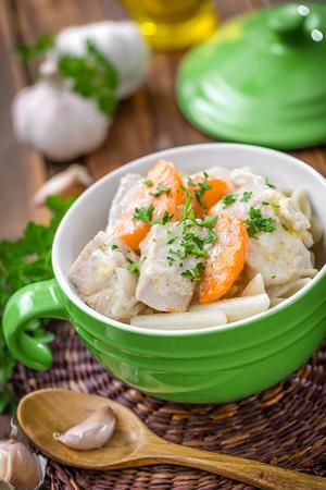 higado de pollo: carne con verduras y pasta Foto de archivo