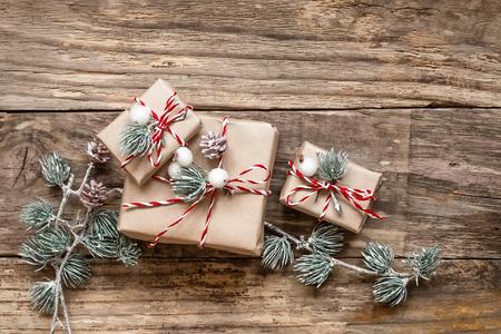 decoracion mesas: regalos de la Navidad y decoraciones sobre fondo de madera