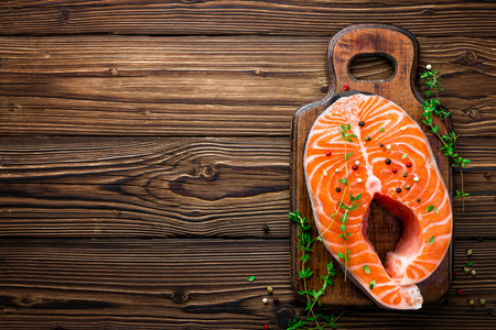 peces: filete de pescado crudo salmón en el fondo de madera rústica
