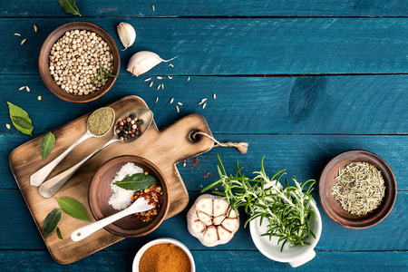 trompo de madera: fondo culinaria con especias en la mesa de madera Foto de archivo