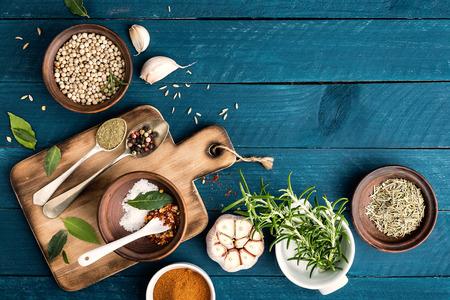 Kulinarny tło z przyprawami na drewnianym stole