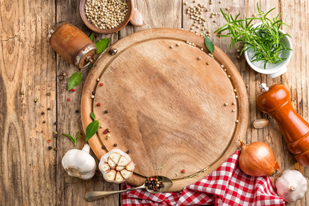 culinary background with empty cutting board and spices on wooden table 스톡 콘텐츠