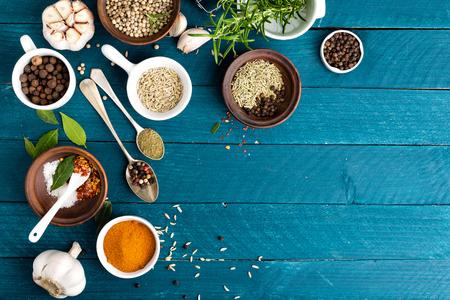 culinaire achtergrond met kruiden op houten tafel
