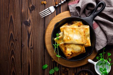 casa de campo: crepes dulces rellenos de queso cottage Foto de archivo