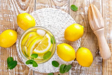 limonada: bebida cítrica limonada de verano con limón y menta fresca