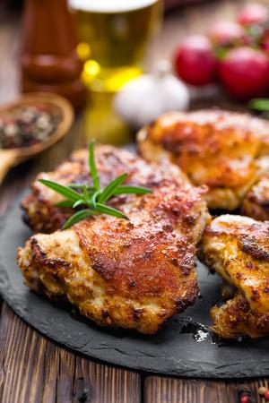 thighs: muslos de pollo asado preparado en la mesa de madera Foto de archivo