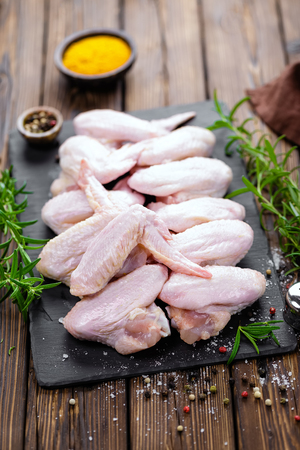 raw chicken: raw chicken wings