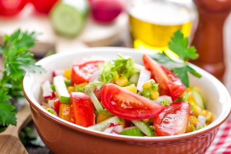 ensalada tomate: ensalada de vegetales  Foto de archivo