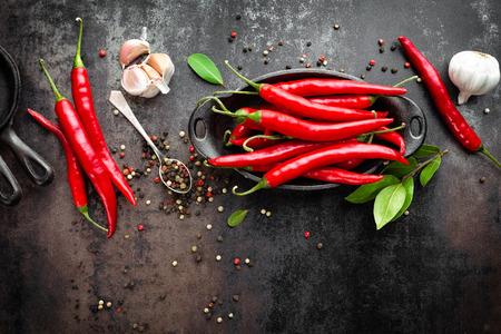 calli peperoncino rosso caldo e baccelli sul vecchio metallo scuro sfondo culinario