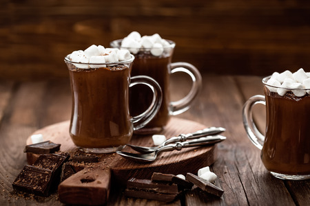 hot chocolate dessert with marshmallows on wooden background Foto de archivo