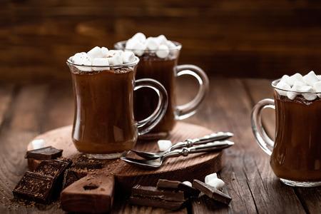 warme chocolade dessert met marshmallows op houten achtergrond