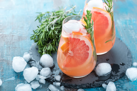 Grapefruit and rosemary gin cocktail, refreshing drink with ice Imagens - 72202056