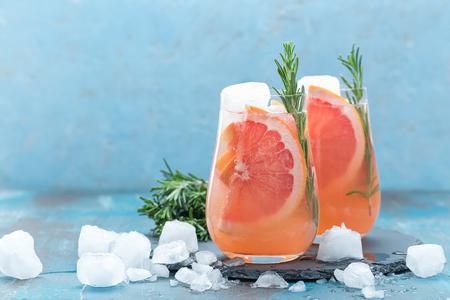 グレープ フルーツとローズマリーのジンの氷とカクテル、さわやかなドリンク