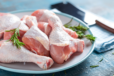 carne pollo: Raw chicken legs, cooking meat
