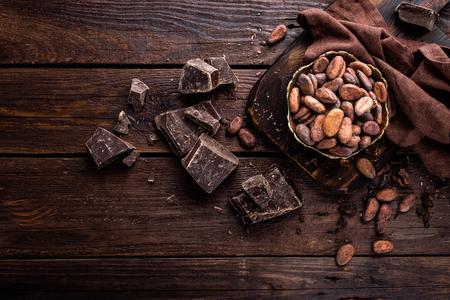 나무 배경에 코코아 콩, 초콜릿 스톡 콘텐츠