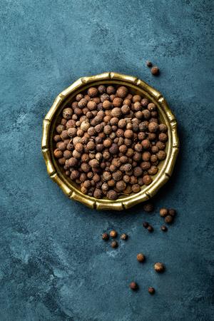 Jamaikapfefferpfeffer, Pfefferkörner auf dunklem kulinarischem Hintergrund, Draufsicht, Kopienraum Standard-Bild - 73920390