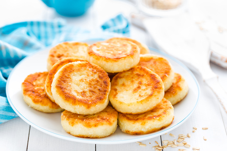 plato de comida: Cottage cheese pancakes with oats, syrniki on white rustic background