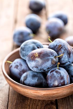 prunes fraîches sur la table en bois