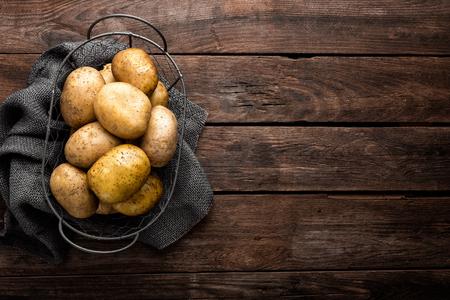 Raw potato on wooden background, top view Stockfoto