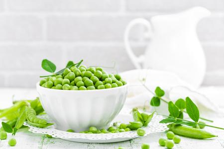 흰색 배경에 잎 녹색 완두콩 스톡 콘텐츠