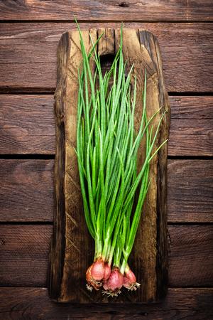 Groene ui of scallion op houten bord, verse lentebieslook
