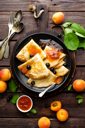 Pancakes with fresh blackcurrant and apricot jam 版權商用圖片 - 80447365