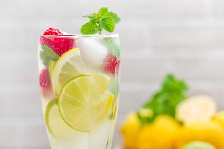 레몬 모 히 토 라임, 민트와 딸기, 얼음 냉 음료와 칵테일. 스톡 콘텐츠