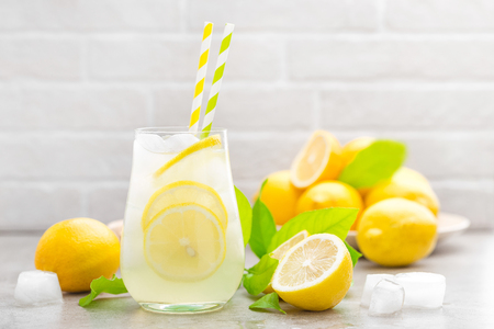 Lemonade. Drink with fresh lemons. Lemon cocktail with juice and ice. Imagens
