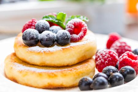 코티지 치즈 팬케이크, syrniki, 딸기와 두부 튀김