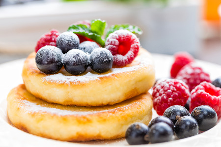 Cottage cheese pancakes, syrniki, curd fritters with berries Stock fotó