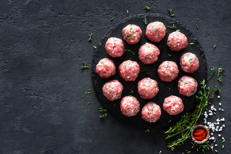 Raw meatballs on dark background, top view 版權商用圖片