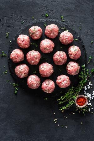Boulettes de viande crues sur fond sombre, vue de dessus Banque d'images - 91053328