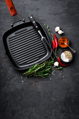 Poêle à frire vide en fonte avec les ingrédients pour la cuisson sur fond noir, vue de dessus Banque d'images - 91475889