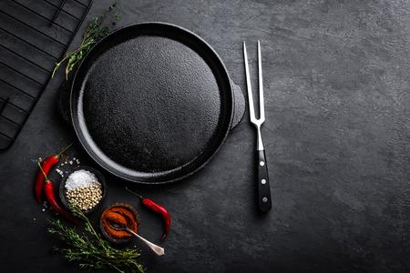 검정색 배경, 상위 뷰 요리에 대 한 재료와 빈 주철 팬 스톡 콘텐츠