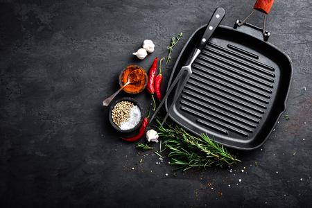 Poêle à frire vide en fonte avec les ingrédients pour la cuisson sur fond noir, vue de dessus Banque d'images - 91506636